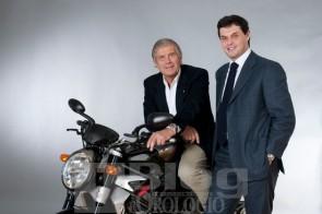 Giacomo Agostini e Massimo Macaluso, Amministratore Delegato di JEANRICHARD, con la moto che ha ispirato i modelli della collezione creata dalla Manifattura per MV Agusta.