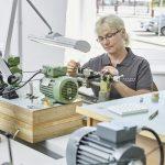 Carola Weiß, una delle quattro persone che alla NOMOS Glashütte sono in grado di realizzare l'esclusiva finitura a raggi di sole.